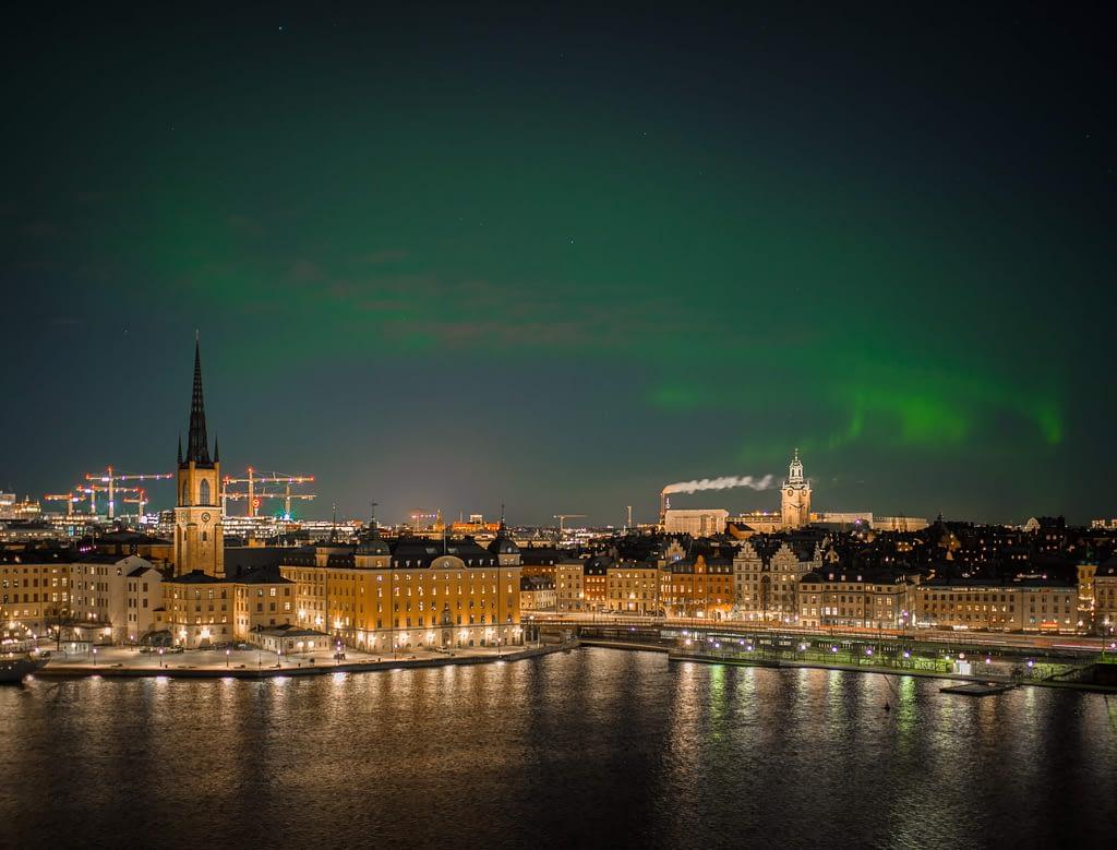 Huvudstaden med norrsken och matkassar i Stockholm.